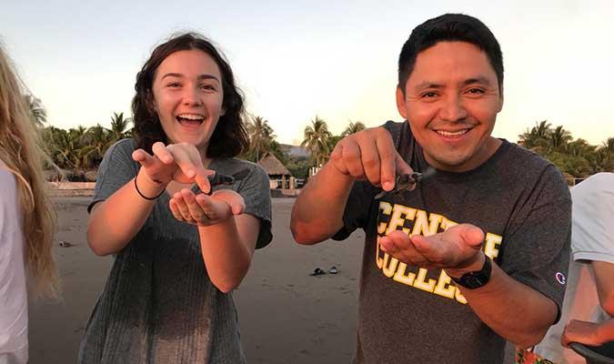 Centre College realease turtles in the beach, El Salvador - CoCoDA